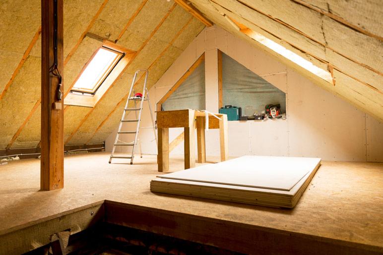 W przypadku drewnianych domów energooszczędnych należy szczególnie zadbać o to, aby straty ciepła były jak najmniejsze.